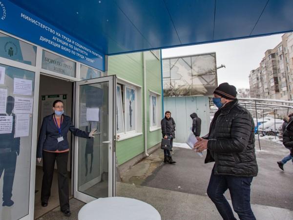 Студ, сняг: Безработни на опашка в софийско бюро - Последни Новини от DNES.BG