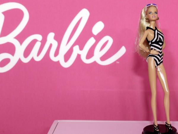 Дрехите на кукла Барби ще се преобразуват в хирургически маски,