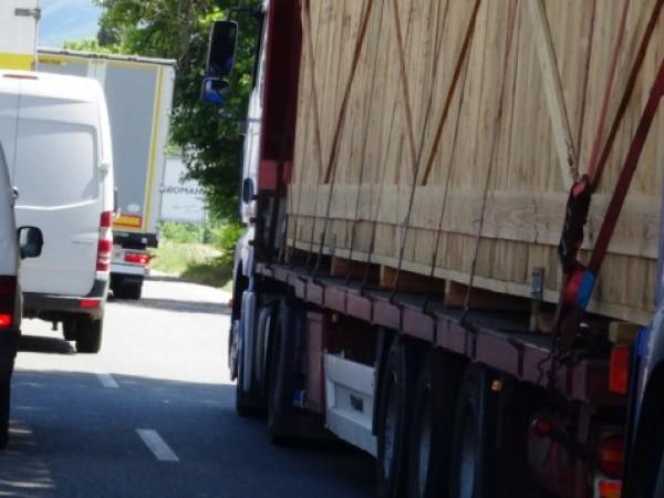 Собствениците или ползвателите на камиони и автобуси, които се движат