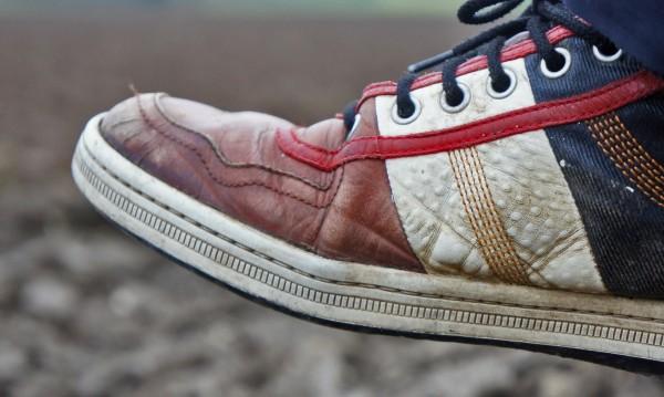 Задържа ли се коронавирусът по обувките?
