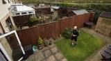 Спортист за пример: Навърта 42 километра в задния двор