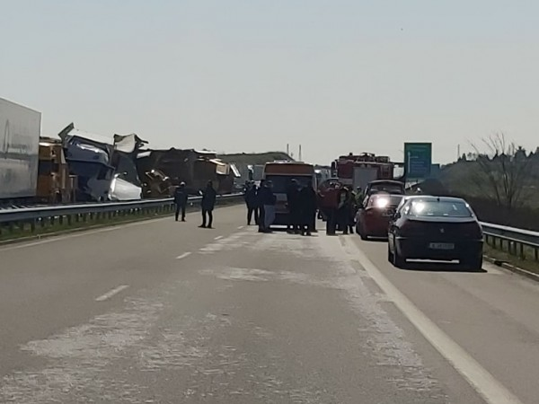 Двама шофьори на тежкотоварни камиони са загинали при катастрофата на