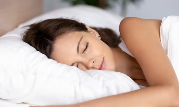 Коя е най-добрата поза за сън за кожа без бръчки?