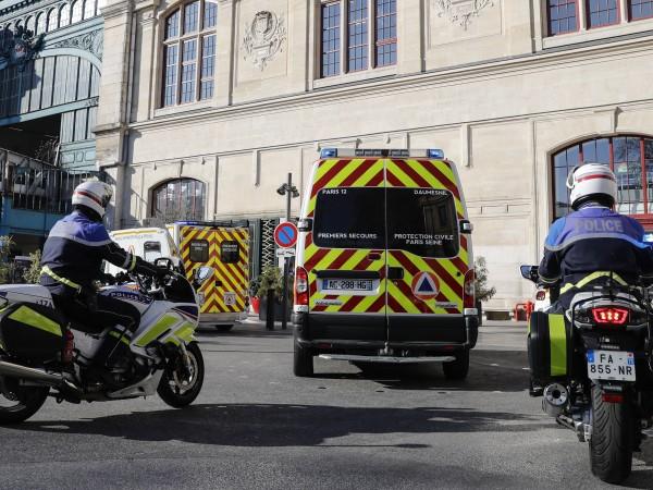Мъж атакува с нож група хора, които са се редили