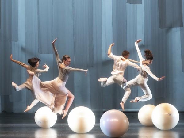"""Артистите от балет """"Арабеск"""" се грижи за изолацията ни като"""