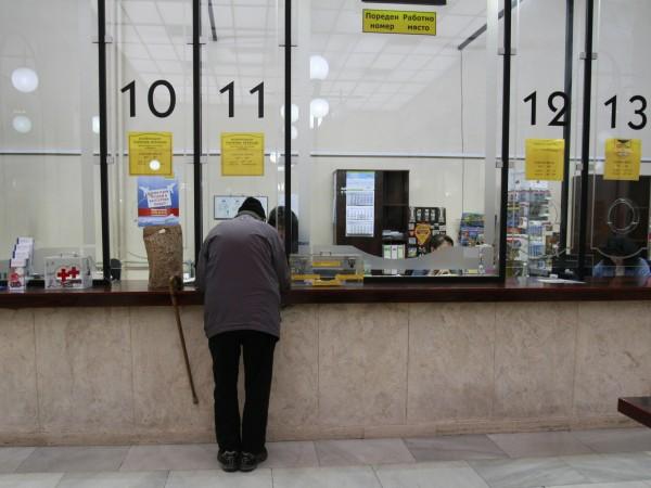 Български пощи ще обслужват преди обяд само пенсионери. От утре,