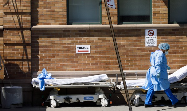 В Ню Йорк съхраняват тела вече в хладилни камиони