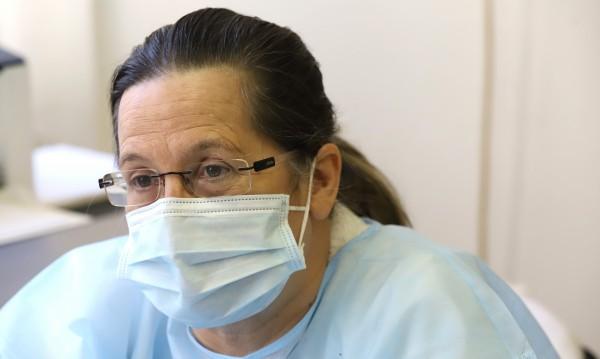 Лекар: Сложно се лекува коронавирус от разстояние