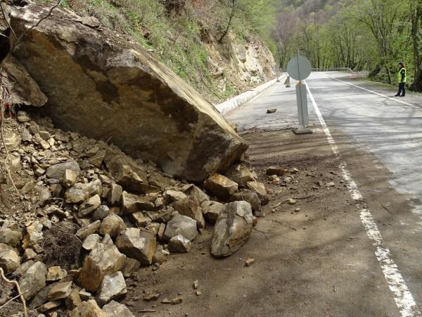 Движението по пътя Кричим-Девин е временно ограничено в двете посоки