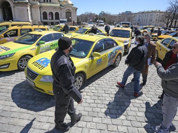 Голямо множество таксиметрови шофьори излязоха на протест в центъра на