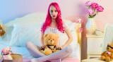 Нов тренд сред звездите по време на изолация: Розова коса