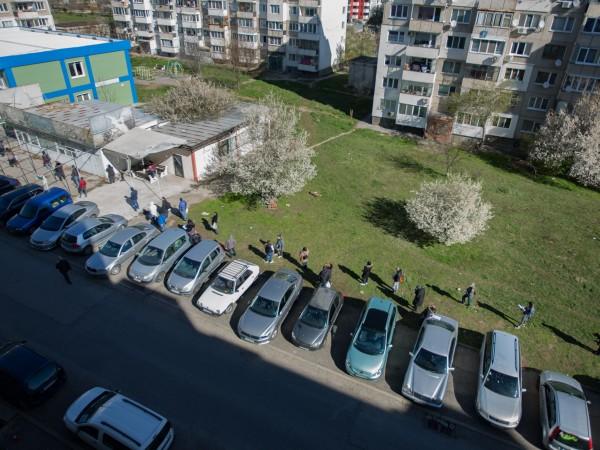 Продължават дългите опашки пред Бюрата по труда в София, видя
