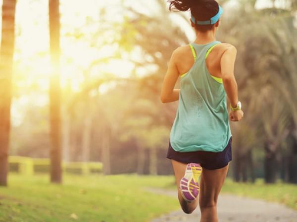 Съществуват противоречиви съвети по отношение на тичането на открито по