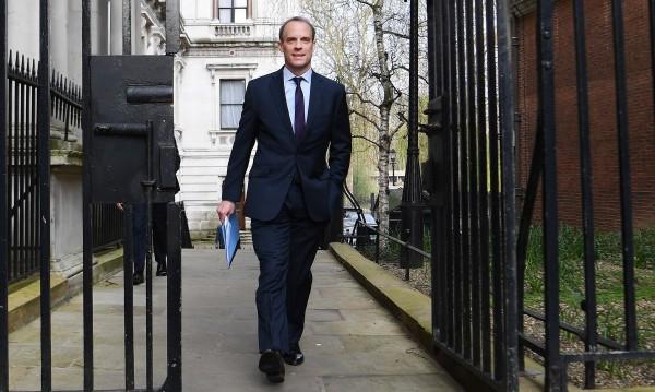 Великобритания удължава карантината