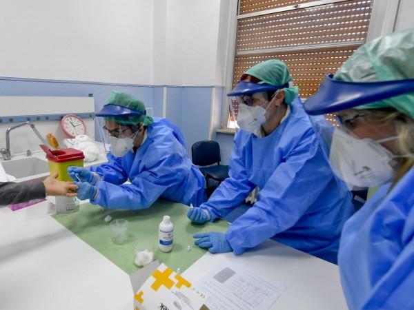 """Коронавирусът може да се """"активира повторно"""" при хора, излекувани от"""