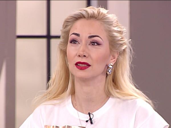 Актрисата и певица Нети се оказа, че е осиновена. Това