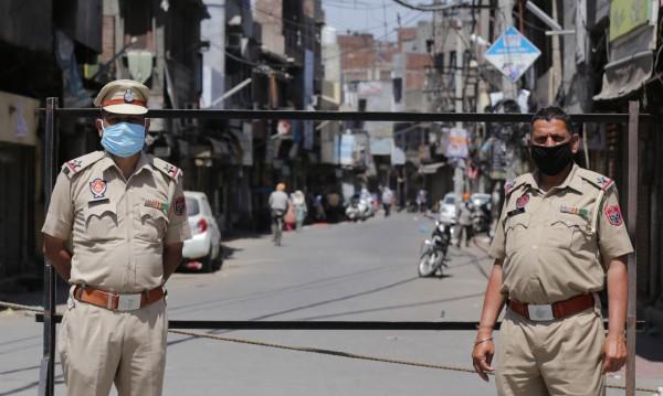 """Индийската полиция накара туристи да пишат 500 пъти """"Извинявам се"""""""
