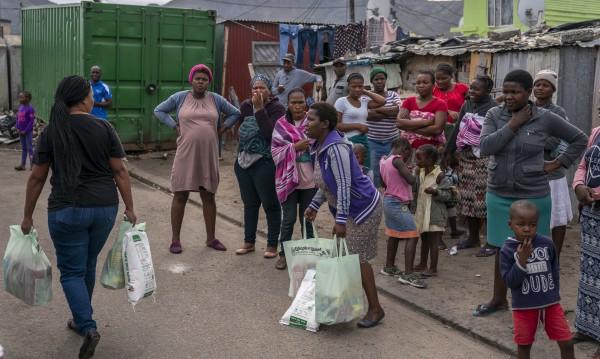 В ЮАР бедни плячкосват магазини за храни и алкохол