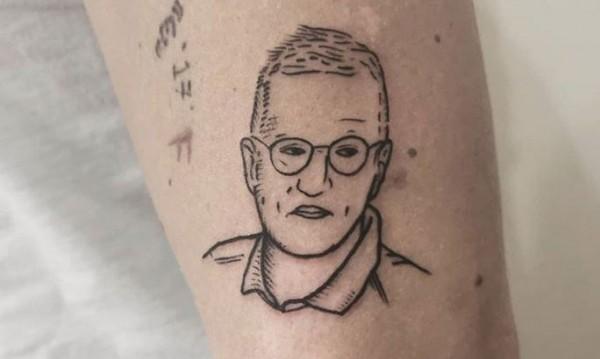 В Швеция си правят татуировки с техния г-н Коронавирус, Андерш Тегел
