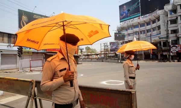 Индия разпери чадъри срещу коронавируса