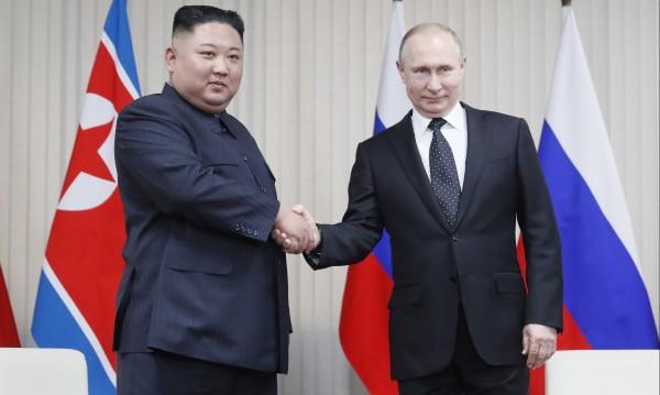 Владимир Путин награди Ким Чен Ун с медал