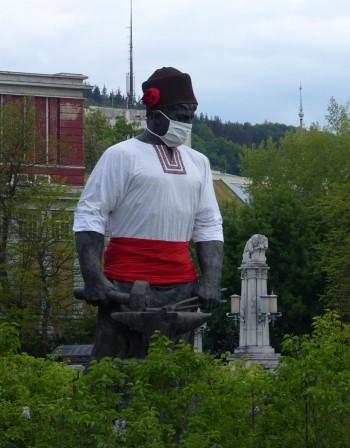 Статуята на Рачо Ковача в Габрово - и тя с предпазна маска