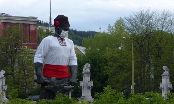 Статуята на Рачо Ковача в Габрово - и тя с предпазна...
