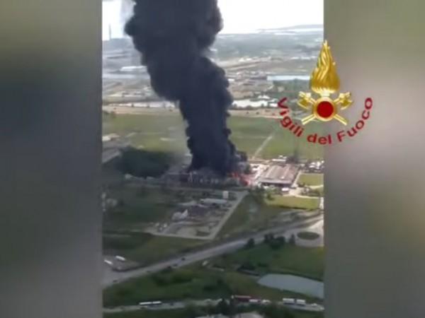 Двама души пострадаха при експлозия и последвал пожар в химически