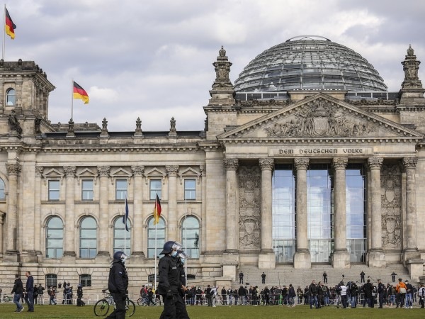 След дълги дни на ограничения, икономиката на Германия се сви