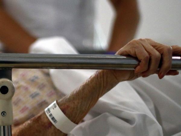 От Инфекциозна болница изписват 91-годишна жена, която е била приета