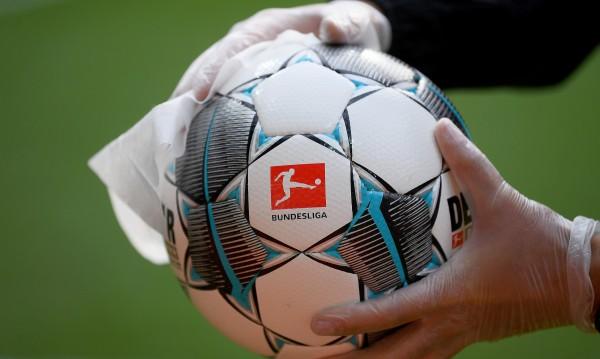 С черна лента излизат на терена футболистите в Германия