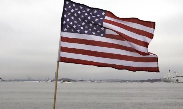 В САЩ почитат починалите от COVID-19 със сваляне на знамената