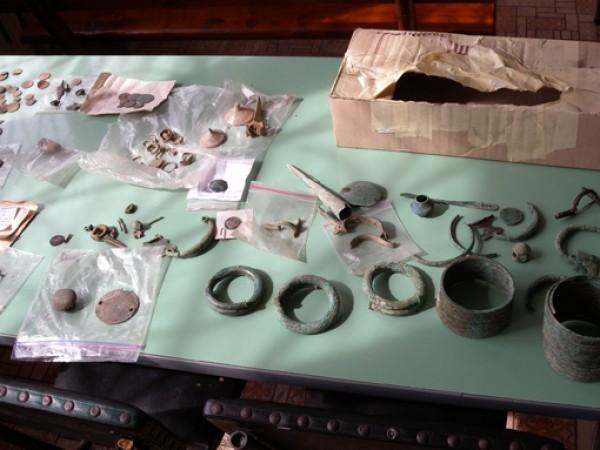 Множество предмети с културно-историческа стойност, старинни оръжия и боеприпаси са