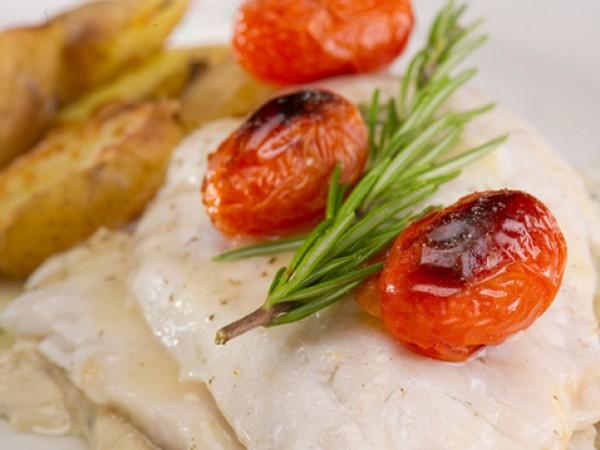 Продукти:4 рибни филета по ваш избор500 г чери доматки5 с.л.