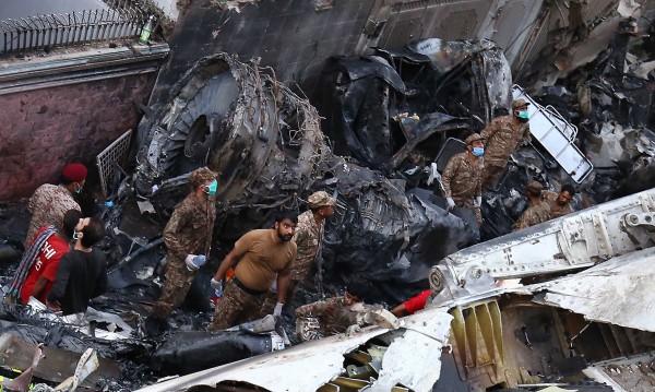Жертвите от авиокатастрофата в Пакистан вече са 97