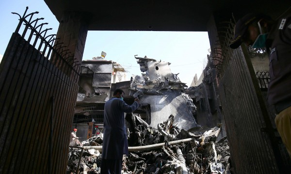 25-годишно момче оцелява след самолетната катастрофа в Пакистан