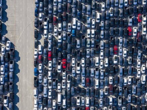 Няколко стадиона в САЩ се оказаха препълнени с изоставени автомобили,