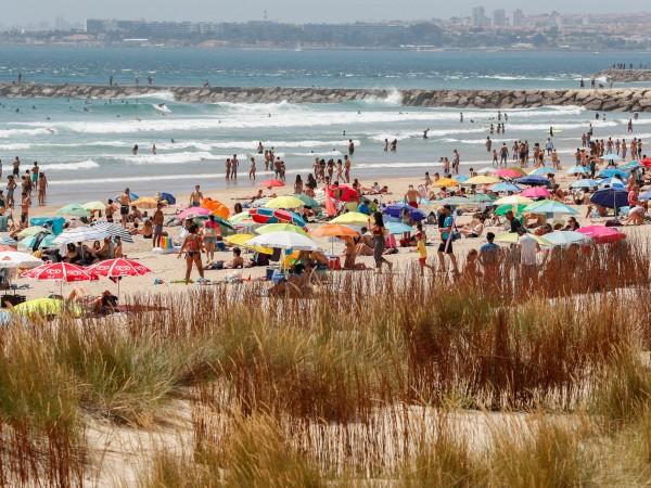 Плажовете в много европейски страни вече се изпълват с хора