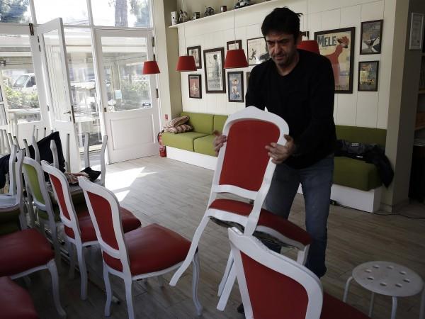 В Гърция днес отварят кафенетата и ресторантите. Свободен е и