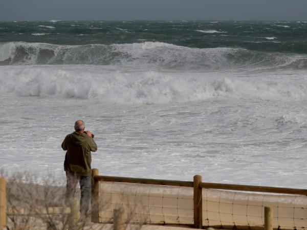 Най-силната буря от десетилетие насам връхлетя Западна Австралия. Проливни валежи