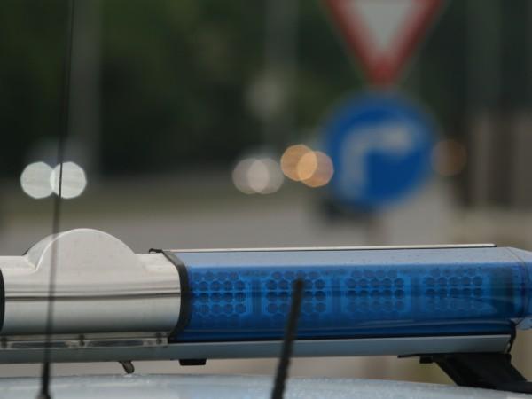 Двама млади мъже са откраднали мобилен телефон на 11-годишно момче