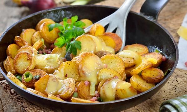 Рецептата Dnes: Картофи с бекон и кашкавал на тиган
