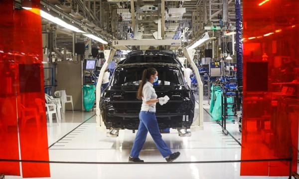 Тежката икономическа реалност удари скъпите е-автомобили