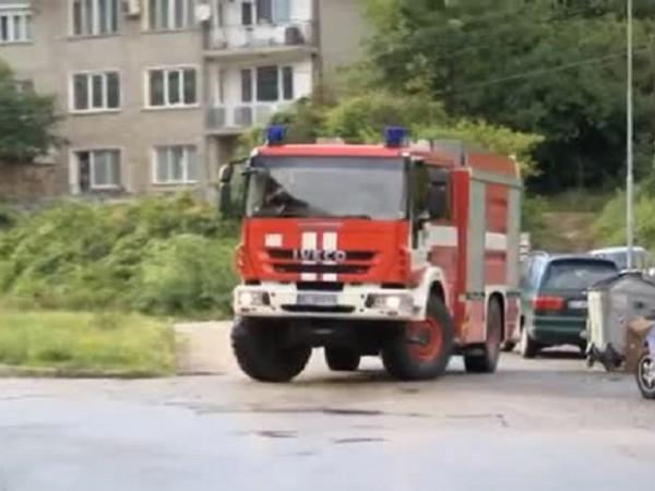 Пожарникари спасиха три деца от горящ апартамент, намиращ се на