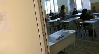 На матурите: Учениците с маски и на 1.5 метра разстояние