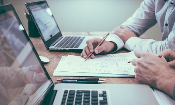 Проучване: Едва 15% от компаниите ще върнат екипа си в офисите