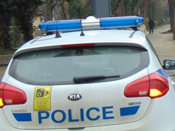 Катастрофа между патрулен автомобил на полицията и бус затрудни сериозно