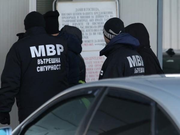 """Специализираната прокуратура и Дирекцията """"Вътрешна сигурност"""" задържаха двама разследващи полицаи"""