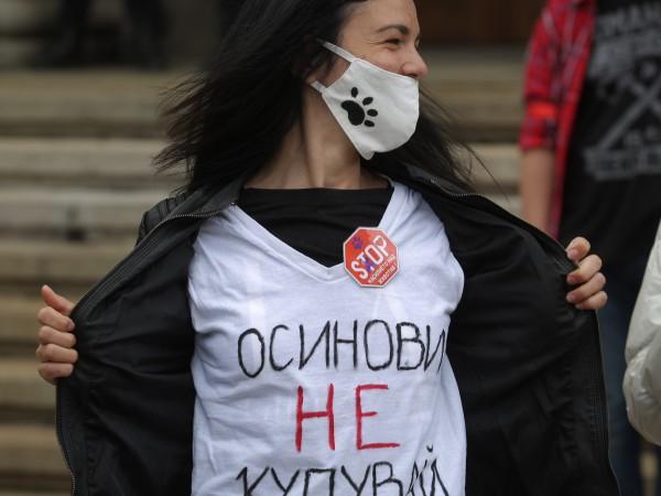 Въпреки лошото време, десетки граждани се събраха на протест пред