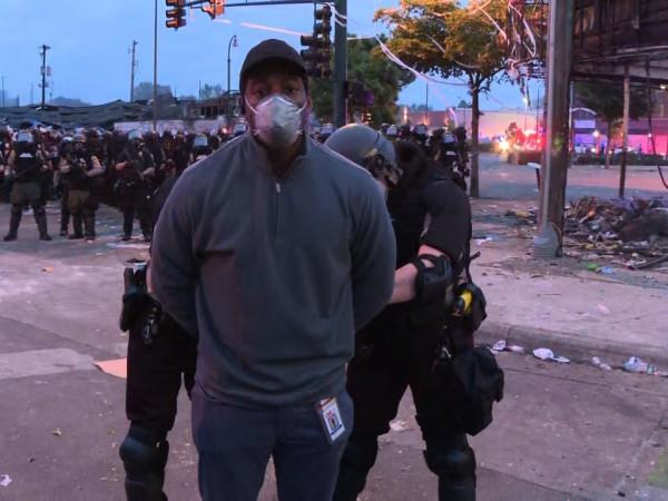 Властите в Минесота арестуваха екипа на телевизия CNN, докато отразяваше